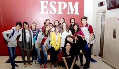 2ºs e 3ºs anos do Colégio Bennett visitam faculdade ESPM
