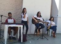 Banda Bennett faz sua primeira apresentação em lançamento oficial